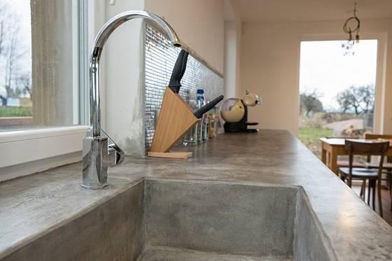 Betonový dřez se jen tak nerozbije, nádobí však do něj není radno házet