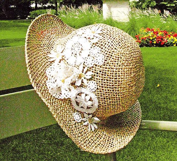 klobouk zdobený krajkou