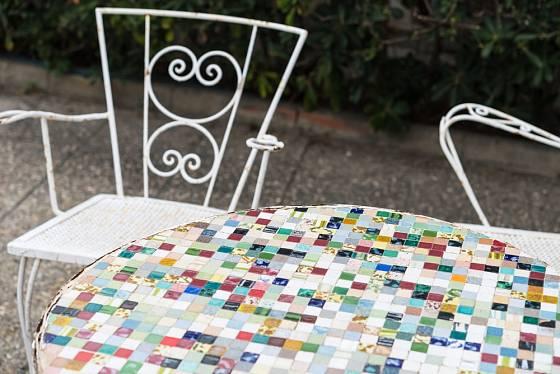 Mozaika jako dekorace vrchní desky stolu.