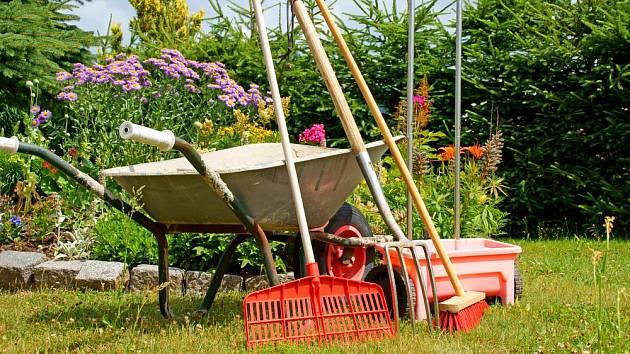 Ať už máte zahradu velkou, nebo malou, bez základního zahradního nářadí se prostě neobejdete