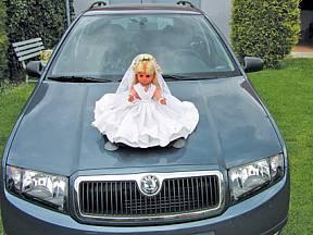 svatební panenka na kapotě auta