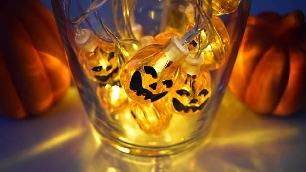 LED řetěz můžete dozdobit a jednoduše jej přeměnit v halloweenský.