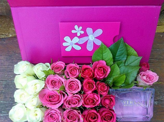 Květinové aranžmá včetně uloženého dárku je připravené na předání.