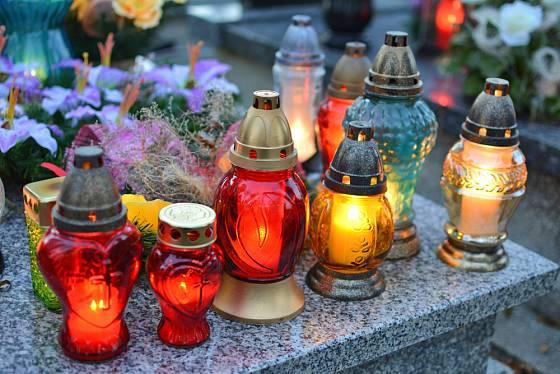 Světýlka na Dušičky nesmí na hrobech chybět.