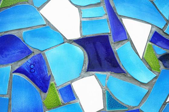 Mezi dílky mozaiky necháme dostatečný prostor.