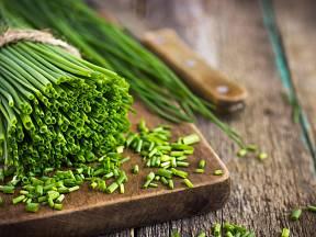 Pažitka je bylinka, která se nachází snad v každé