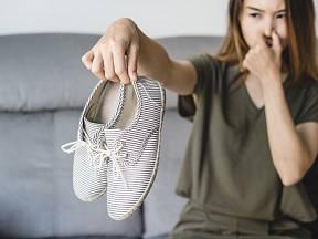 Škrob lze využít i jako prevence proti zapáchající obuvi.