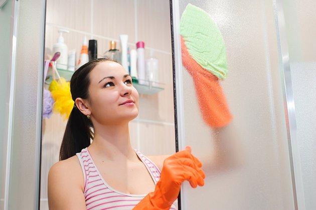 Při úklidu bychom neměli zapomínat ani na zástěnu sprchového koutu.