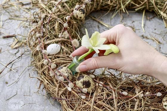 Květy umístíme do ampulek s vodou, aby nezvadly.