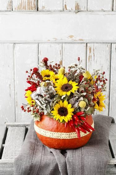 Na světlém šedém nebo bílém pozadí vyniknou dýně s výraznou barevnou květinovou dekorací.