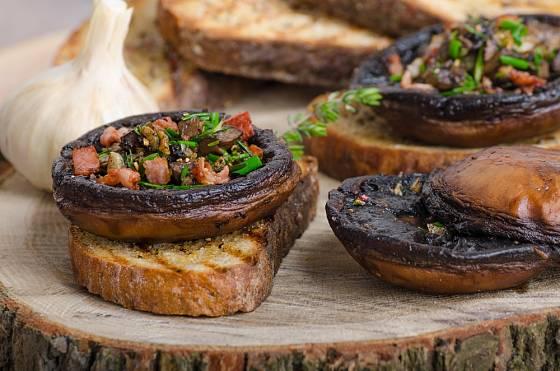 Zapékané portobello se dá podávat na kousku pečiva nebo se salátem.