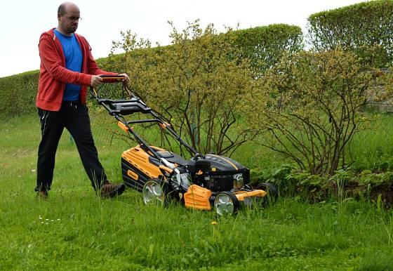 Sečení trávy patří k základním činnostem v září.