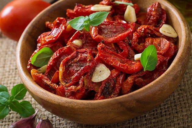 Sušená rajčata mají intenzivní chuť.