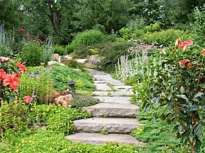 Zahradní cesta dlážděná kamenem je jedna z nejčastějších.