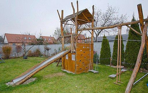 Vlastnoručně postavená dětská prolézačka a klouzačka