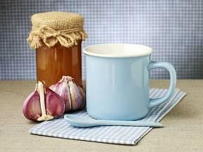 Horké mléko s medem a česnekem.