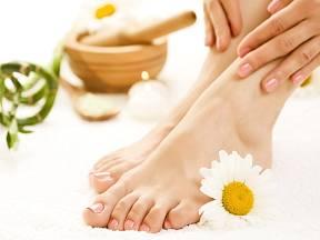Očistná koupel v bylinkách nohám prospěje.