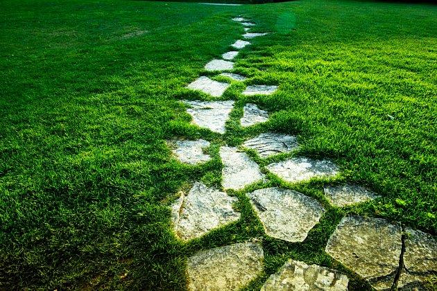 Než se pustíte do zvelebení vaší zahrady cestami je lepší si pořádně a předem rozmyslet, kudy povedou.