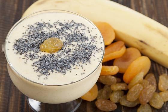 Smothie můžeme připravit z banánů, sušených meruněk, hrozinek a máku.