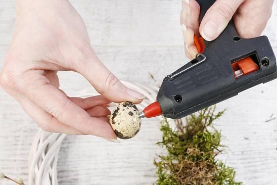 Křepelčí vejce připevníme na základ věnce tavnou lepicí pistolí.