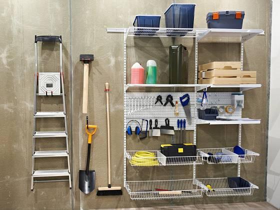 Pro skladování zahradního nářadí skvěle poslouží moduly určené do dílen či garáží.