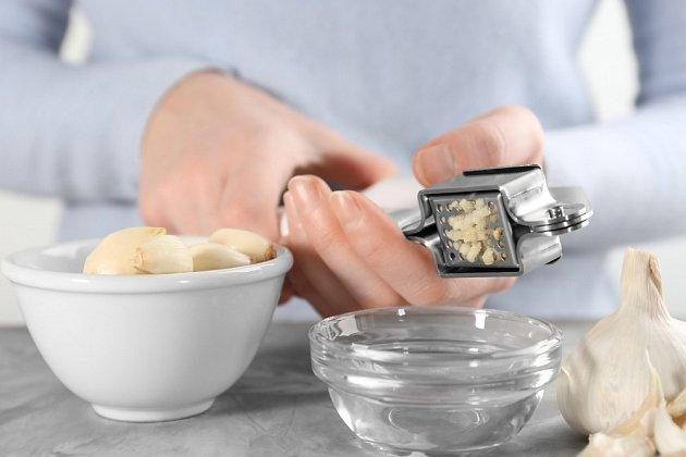 V případě zpracování většího množství česneku může být jeho lisování zdlouhavé.