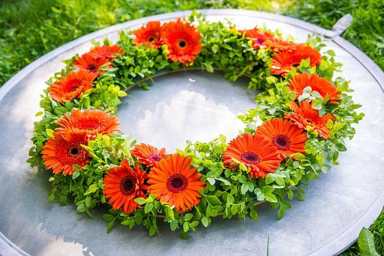 Letní věnec vytvořený z květů gerber.