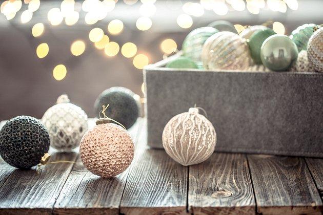Světelné dekorace se už dávno neomezují jen na Vánoce. Jsou perfektním ozvláštněním každého pokoje.