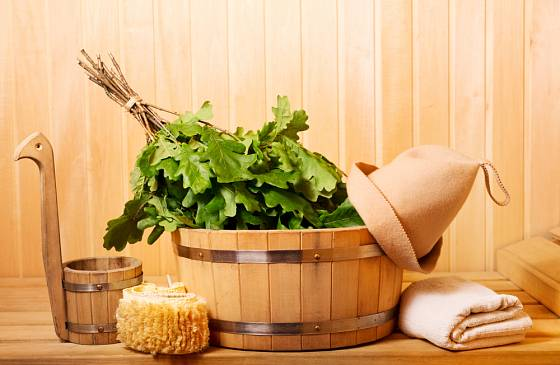 Pobyt v sauně může zpestřit například šlehání metličkami.