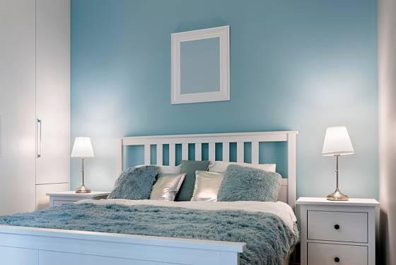 Pokud chcete pastelovou barvu na stěnu, ale bojíte se přehlcení místnosti touto barvou, vymalujte pouze jednu stěnu, klasicky tu nad pohovkou nebo nad manželskou postelí.