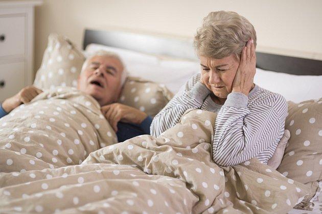 Chrápání může představovat vážný zdravotní problém.