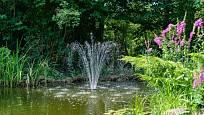 Fontána je atraktivním prvkem v zahradě.