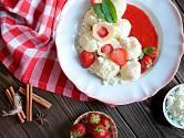 Knedlíky podávejte jen tak s rozmixovanými jahodami.