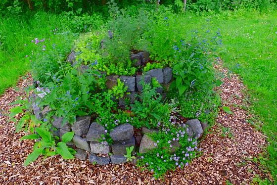 Osazená bylinková spirála z kamenů