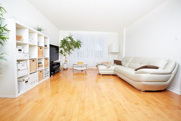 K chladně působící bílé barvě v interiéru perfektně sedne dřevěná podlaha.