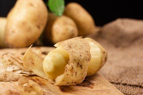 Bramborová dužnina i bramborové slupky jsou velmi bohaté na draslík a obsahují i malé množství fosforu.