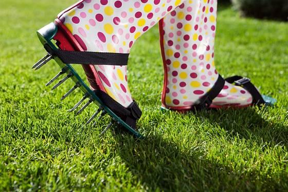 Aerator - speciální návlek na boty, který pomůže při provzdušňování trávníku.