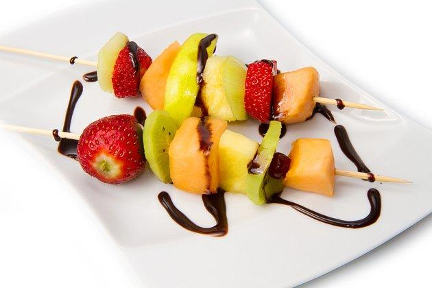 ovocný špíz přelitý čokoládou