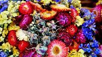 Pestrá kytice ze smilu, černuchy a statice
