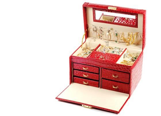 K ukládání náušnic postačí menší krabička s přihrádkami uvnitř.