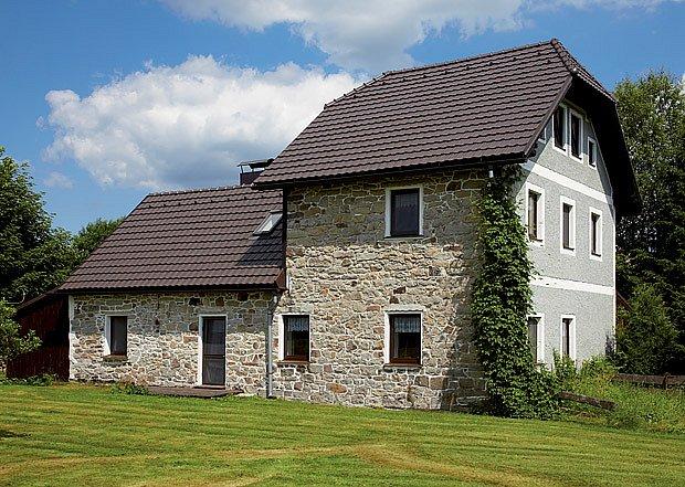 Moderní taška Stodo 12 vytváří jemnou a klidnou strukturu střešní plochy