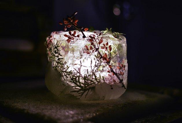 Svítilna z ledu ozdobená bobulemi, které mohou být přírodní nebo i umělé.