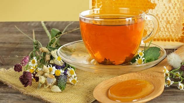 Bylinkový čaj můžeme osladit medem.