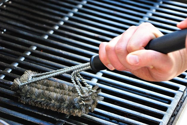 Mřížku čistěte vždy rozpálenou, olej se snáz oddělí.
