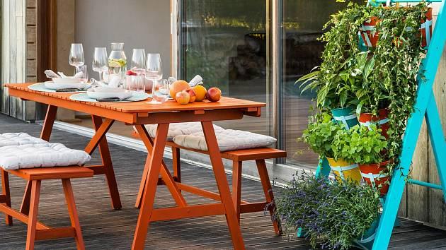 Zrenovovaný dřevěný stůl můžete na závěr natřít třeba ohnivě rezavou (odstín S 2075-Y70R) barvou Balakryl UNI.