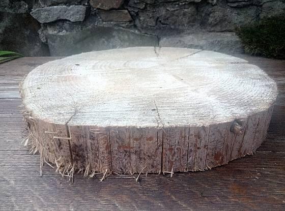 Plát ze dřeva můžeme využít z vánoční dekorace.