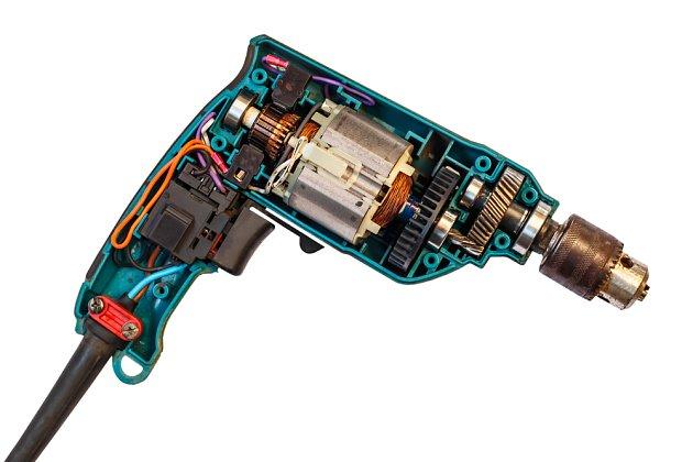 Elektrická vrtačka zevnitř, všimněte si kovových převodů a ložisek