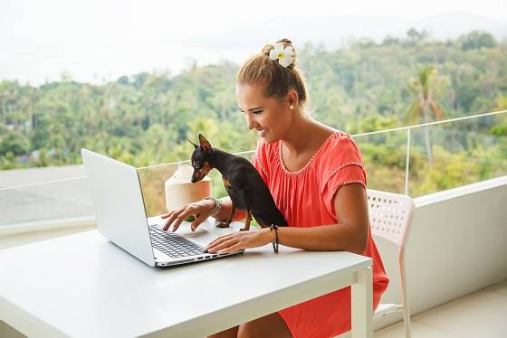 Pracovat se dá i na balkoně z pohodlí domova.