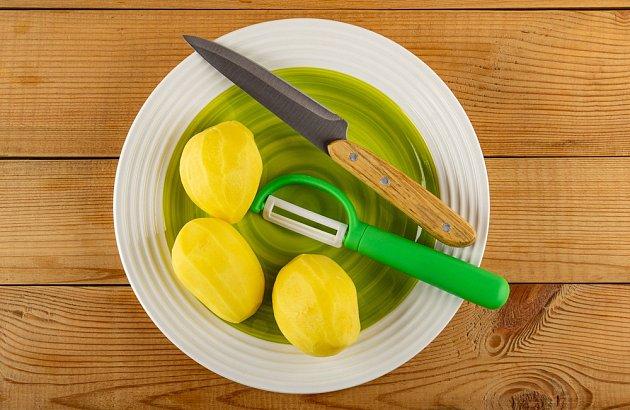 Na škrábání brambor se více hodí speciální škrabka než nůž.