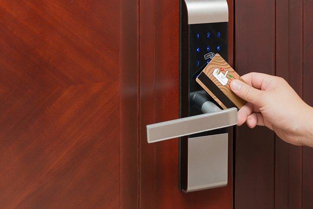 Vchodové bezpečnostní dveře můžete otevírat nejen klíčem, ale i kartou.